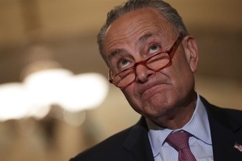 Chuck Schumer: Αμερικανός γερουσιαστής δίνει εντολή σε κάποιον «αόρατο» και εμείς εξηγούμε το μυστήριο [vid&pic]